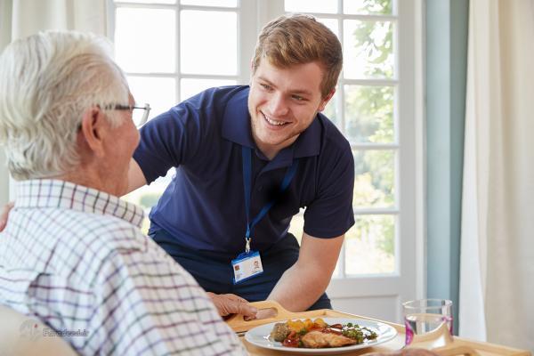 انتخاب پرستار مناسب سالمند؛ چگونه پرستار سالمند مناسبی انتخاب کنیم؟