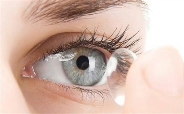 خطر کوری براثر حمام رفتن با لنز